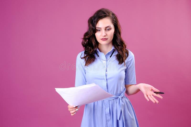 Retrato da mulher surpreendida com pena e papel Mulher de negócios no vestido azul na moda que guarda o papel e a pena beleza, fo fotos de stock
