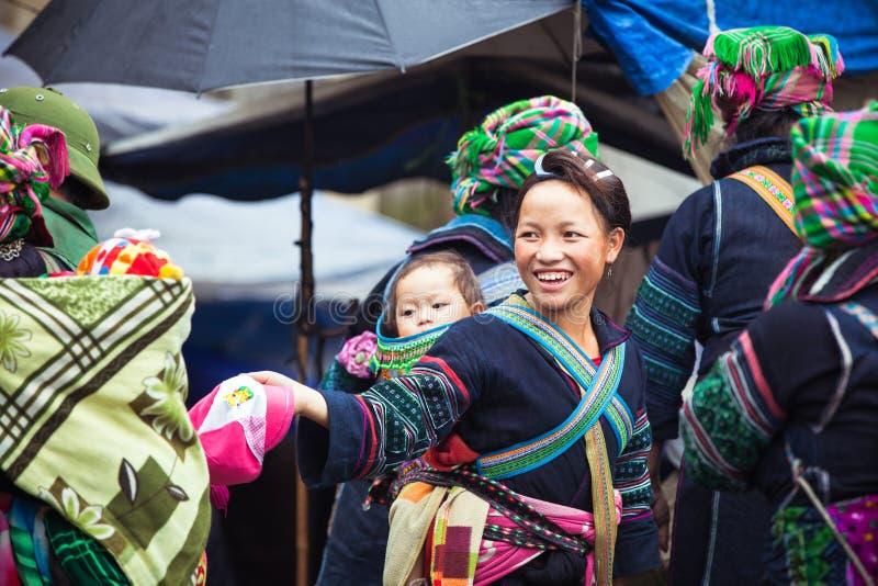 Retrato da mulher tribal de Hmong com o bebê na roupa nacional, Vietname fotografia de stock
