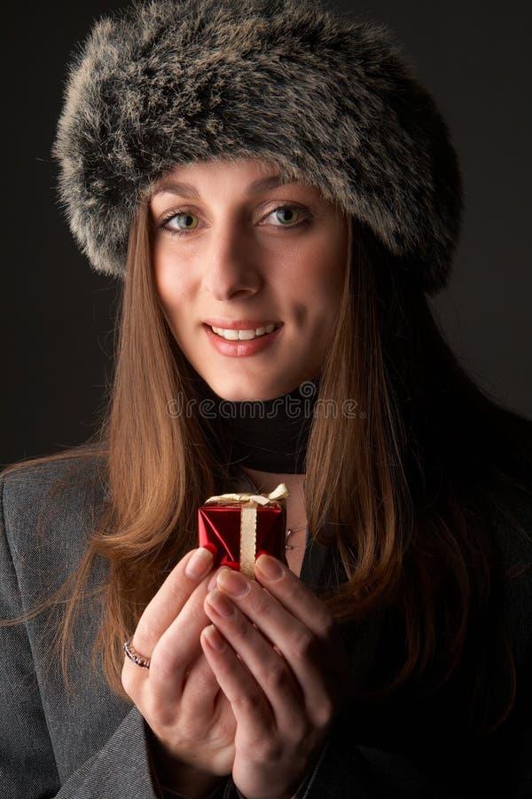 Download Retrato Da Mulher Triguenha Bonita Foto de Stock - Imagem de feminine, aniversário: 12809048