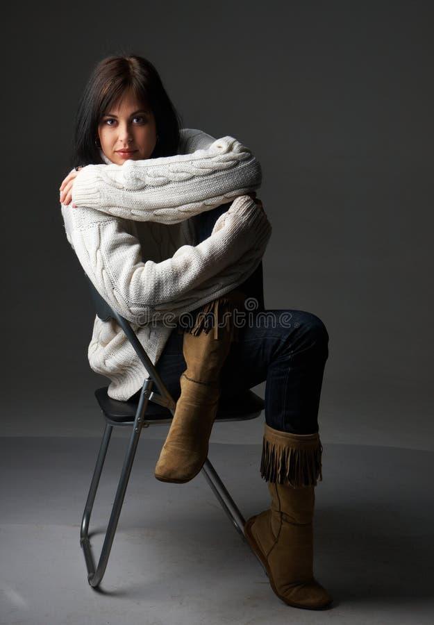 Download Retrato Da Mulher Triguenha Bonita Foto de Stock - Imagem de brunette, knitted: 12809054