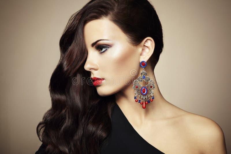 Retrato da mulher triguenha bonita foto de stock royalty free