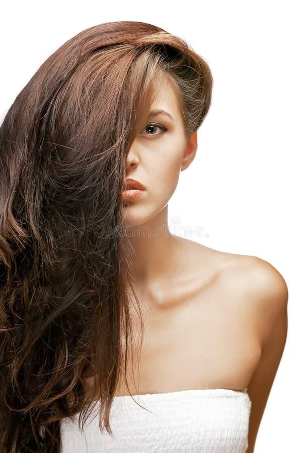 Retrato da mulher triguenha com cabelo na face imagem de stock