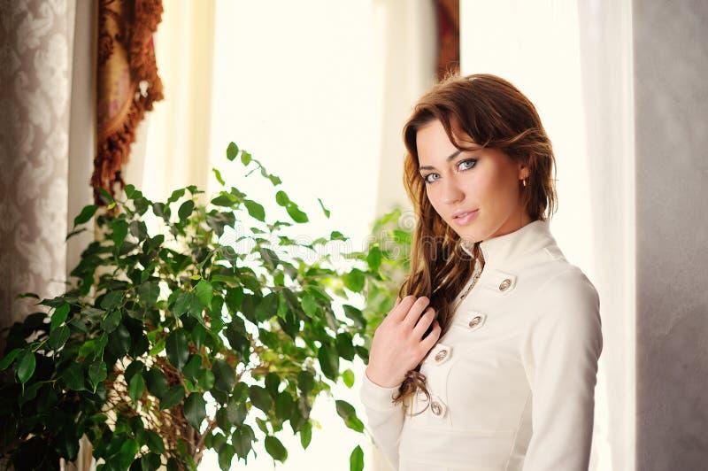 Retrato da mulher triguenha lindo nova elegante vestida imagem de stock royalty free
