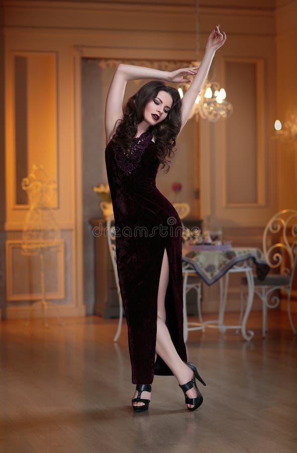 Retrato da noite da forma da mulher bonita nova no vestido luxuoso do marsala A senhora moreno do encanto com perfeito compõe fotografia de stock