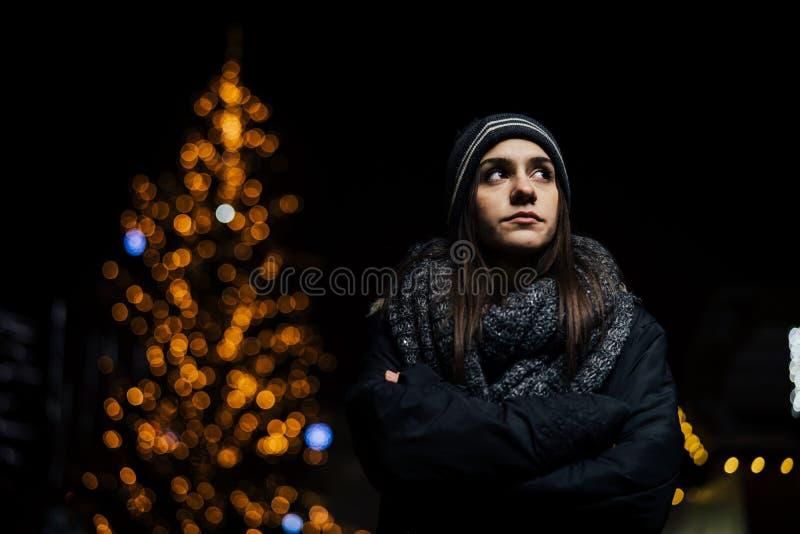 Retrato da noite de um sentimento triste da mulher sozinho e deprimido no inverno Depressão do inverno e conceito da solidão imagens de stock royalty free