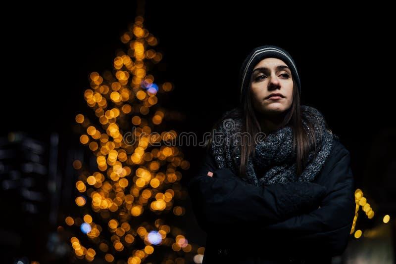 Retrato da noite de um sentimento triste da mulher sozinho e deprimido no inverno Depressão do inverno e conceito da solidão imagem de stock