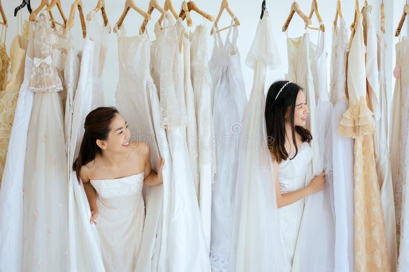 Retrato da noiva asiática bonita da mulher engraçada junto, cerimônia no dia do casamento, feliz e no sorriso imagens de stock royalty free