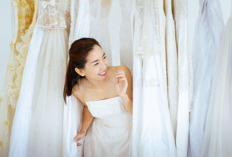 Retrato da noiva asiática bonita da mulher no vestido branco alegre e engraçado, da cerimônia no dia do casamento, de feliz e no  fotos de stock