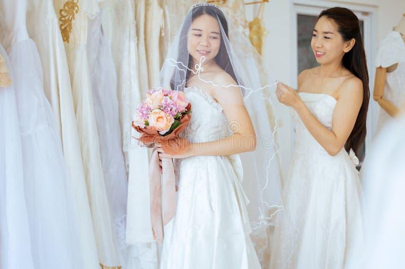 Retrato da noiva asi?tica bonita da mulher engra?ada junto, cerim?nia no dia do casamento, feliz e no sorriso imagens de stock royalty free