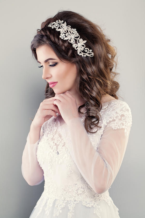 Retrato da noiva bonita G de nivelamento branco vestindo da mulher foto de stock royalty free