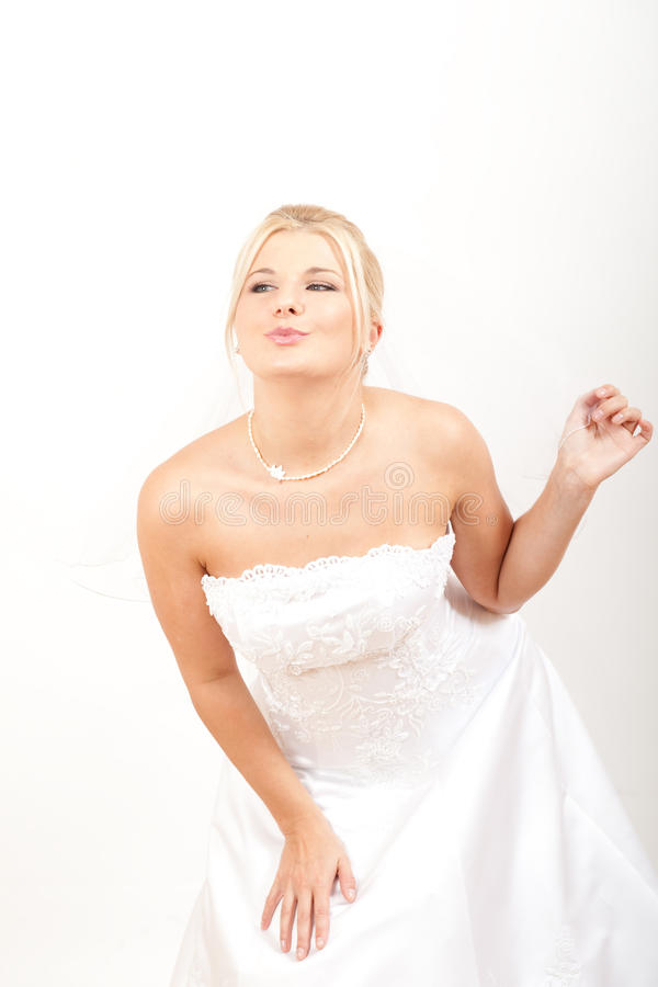 Retrato da noiva bonita no vestido de casamento branco fotografia de stock