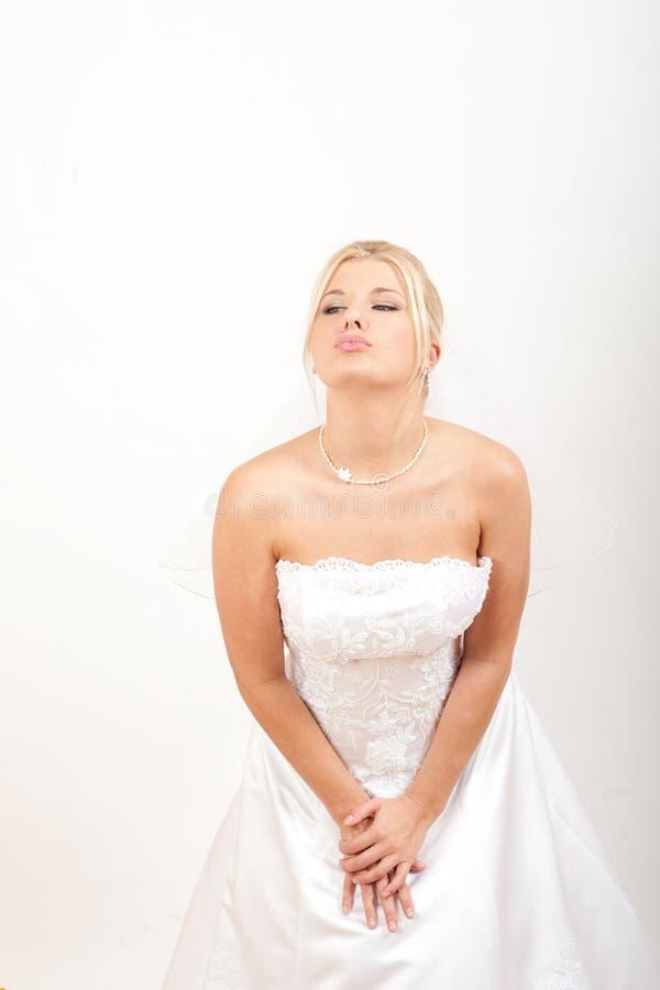 Retrato da noiva bonita no vestido de casamento branco fotos de stock royalty free