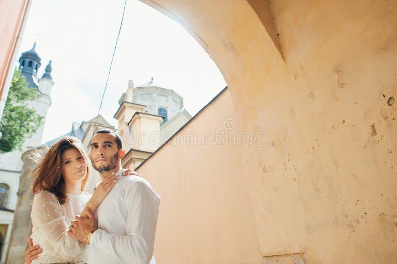 Retrato da noiva bonita que abraça seu noivo considerável fora imagem de stock royalty free