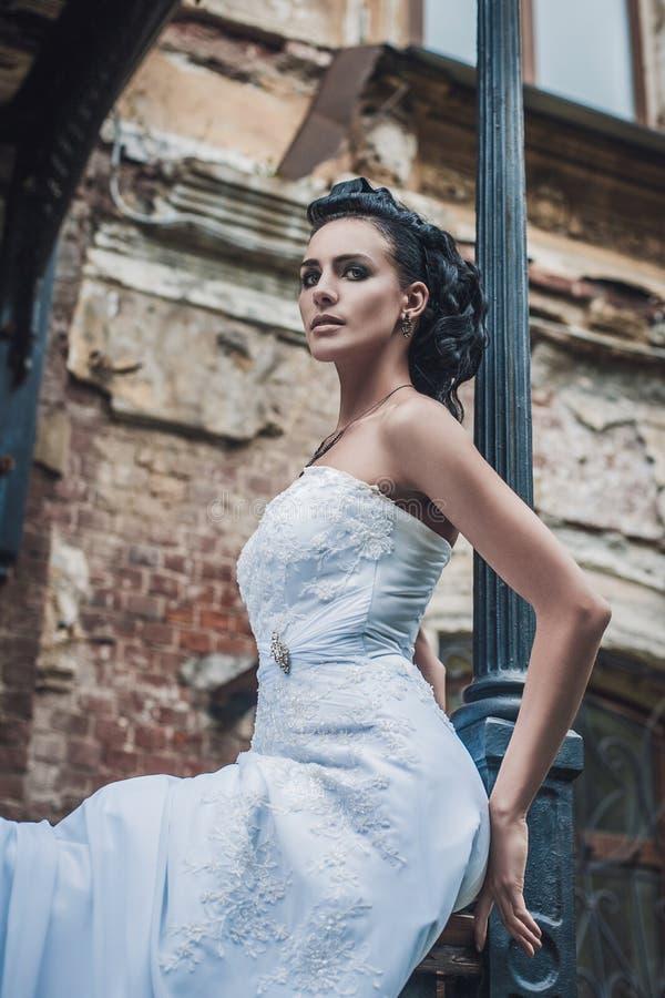 Retrato da noiva bonita. Vestido de casamento. Decoração do vintage imagem de stock royalty free