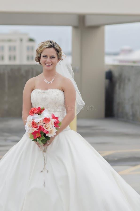 Retrato da noiva na cidade imagens de stock