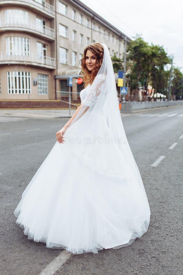 Retrato da noiva na cidade, noiva bonita nova do casamento fotos de stock royalty free