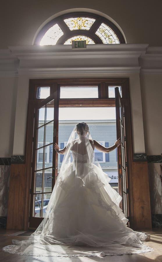 Retrato da noiva na frente das portas do vintage imagem de stock royalty free