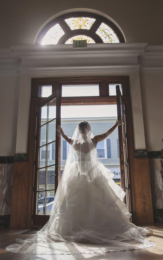 Retrato da noiva na frente das portas do vintage imagem de stock