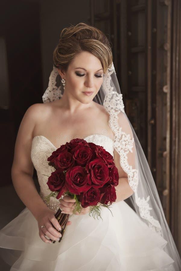 Retrato da noiva na frente da porta rústica imagens de stock