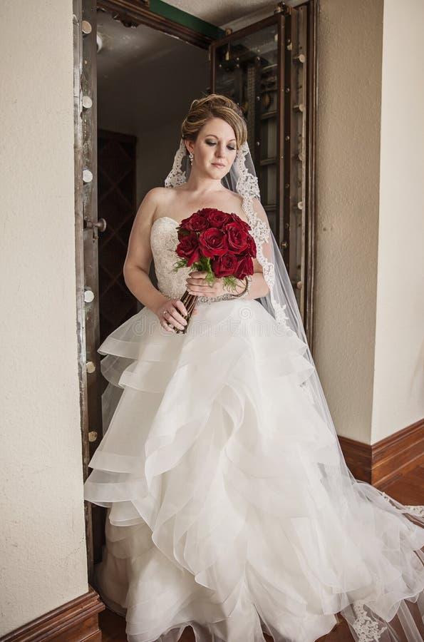 Retrato da noiva na frente da porta rústica foto de stock royalty free