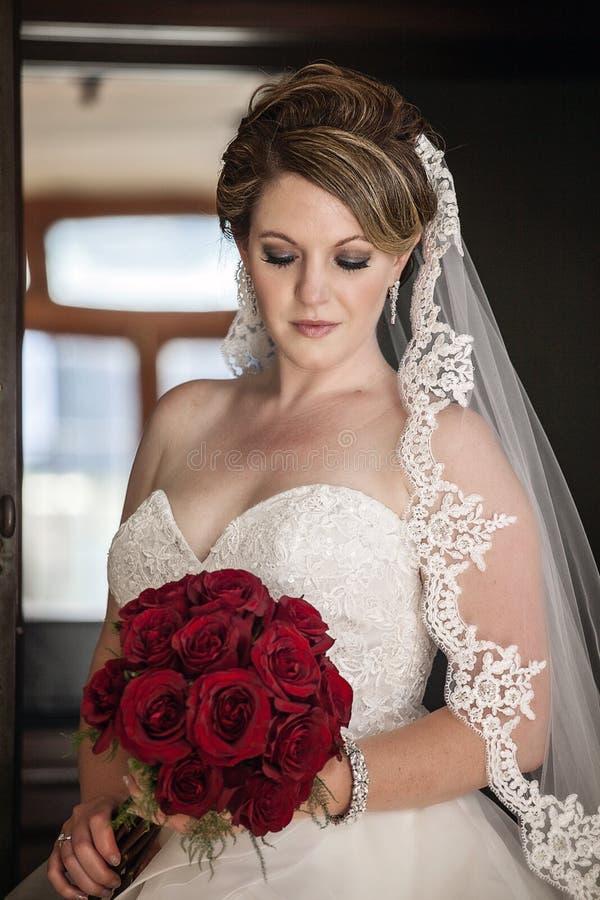 Retrato da noiva na frente da porta rústica imagem de stock