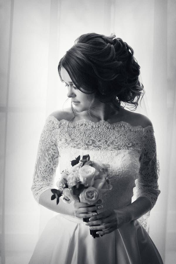Retrato da noiva no fundo da janela fotos de stock royalty free