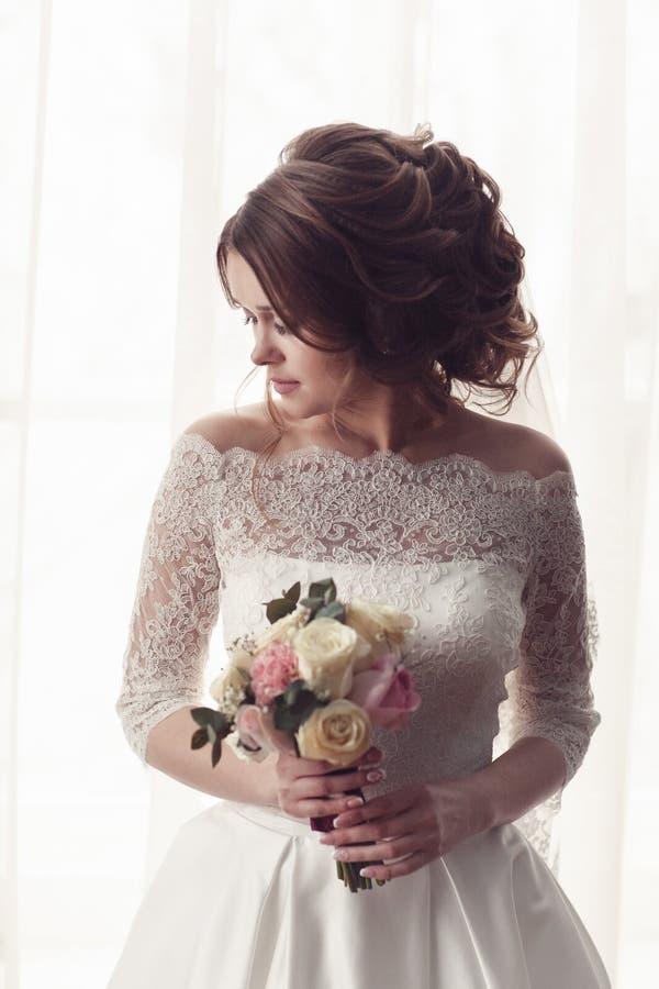 Retrato da noiva no fundo da janela fotografia de stock