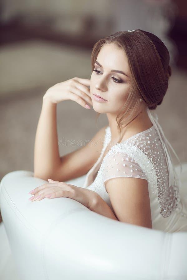 Retrato da noiva no sofá foto de stock