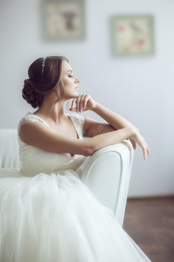 Retrato da noiva no sofá imagens de stock royalty free