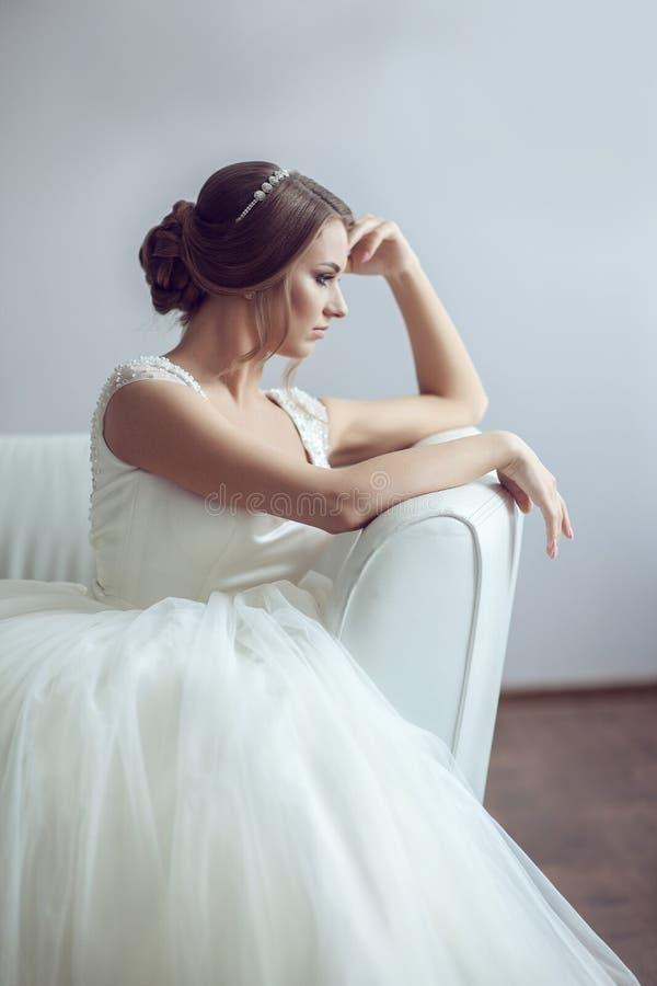Retrato da noiva no sofá foto de stock royalty free