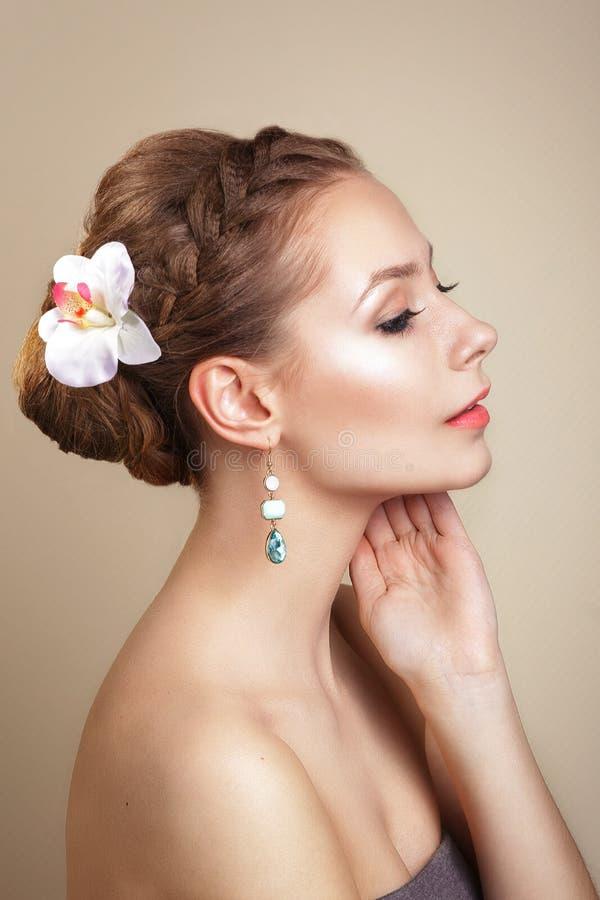 Retrato da noiva nova bonita em uma imagem da noiva com o ornamento no cabelo Composição profissional bonita do feriado imagens de stock royalty free