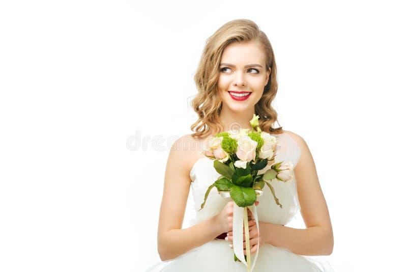 Retrato da noiva pensativa bonita com ramalhete do casamento imagens de stock