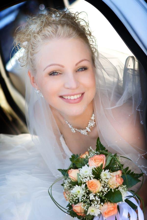 Retrato da noiva que prende um ramalhete imagem de stock royalty free