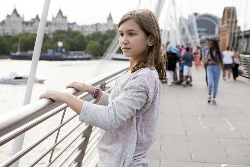 Retrato da opinião do Ide de uma menina pensativa do adolescente fotografia de stock royalty free