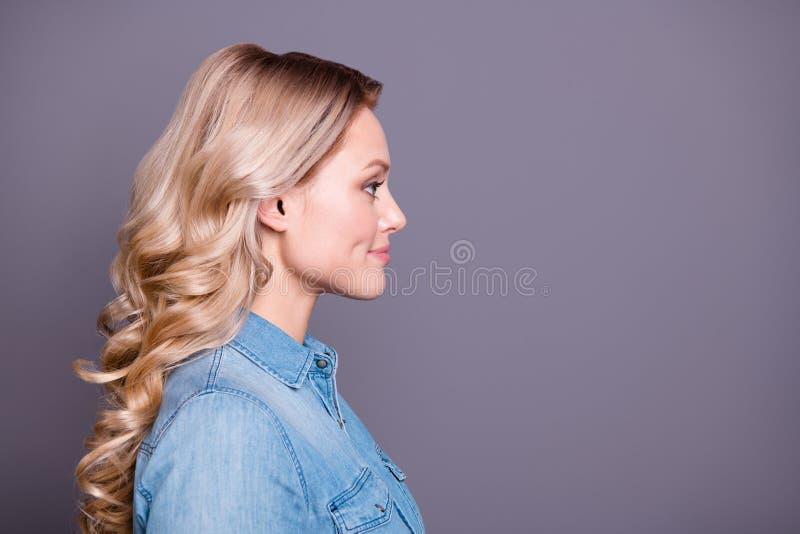 Retrato da opinião lateral do perfil do close-up dela ela alegre atrativo encantador adorável fascinante encantador bonito agradá imagem de stock