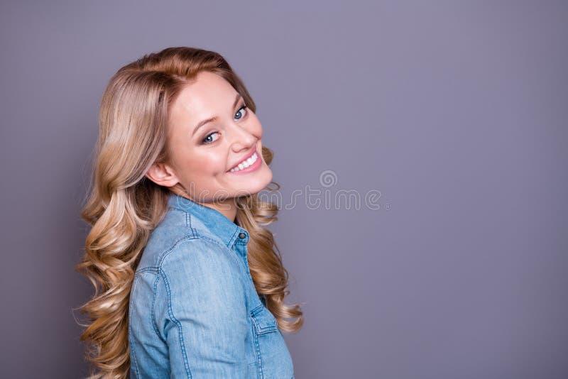 Retrato da opinião lateral do perfil do close-up dela ela ondulado-de cabelo alegre atrativo encantador tímido adorável bonito bo fotografia de stock royalty free
