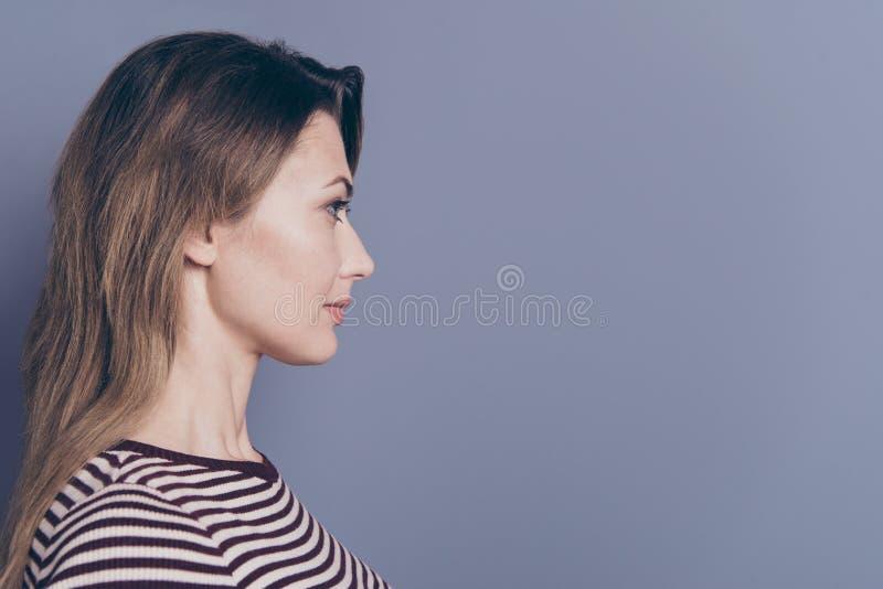 Retrato da opinião lateral do perfil do close-up dela ela queolha o espaço ondulado-de cabelo bonito encantador atrativo da cópia imagens de stock royalty free