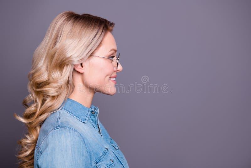 Retrato da opinião lateral do perfil do close-up dela ela queolha ondulado otimista animador alegre atrativo encantador bonito fotos de stock