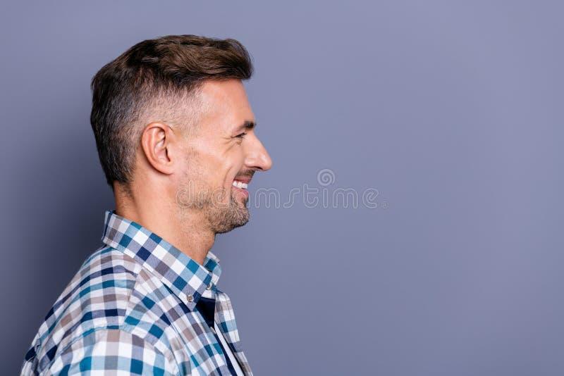 Retrato da opinião lateral do perfil do close-up do seu ele vestir farpado animador alegre bem arrumado atrativo agradável do ind imagens de stock royalty free