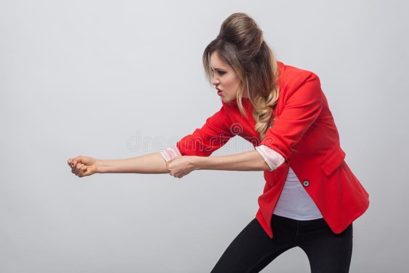 Retrato da opinião lateral do perfil da senhora bonita séria do negócio com penteado e composição no blazer extravagante vermelho imagens de stock