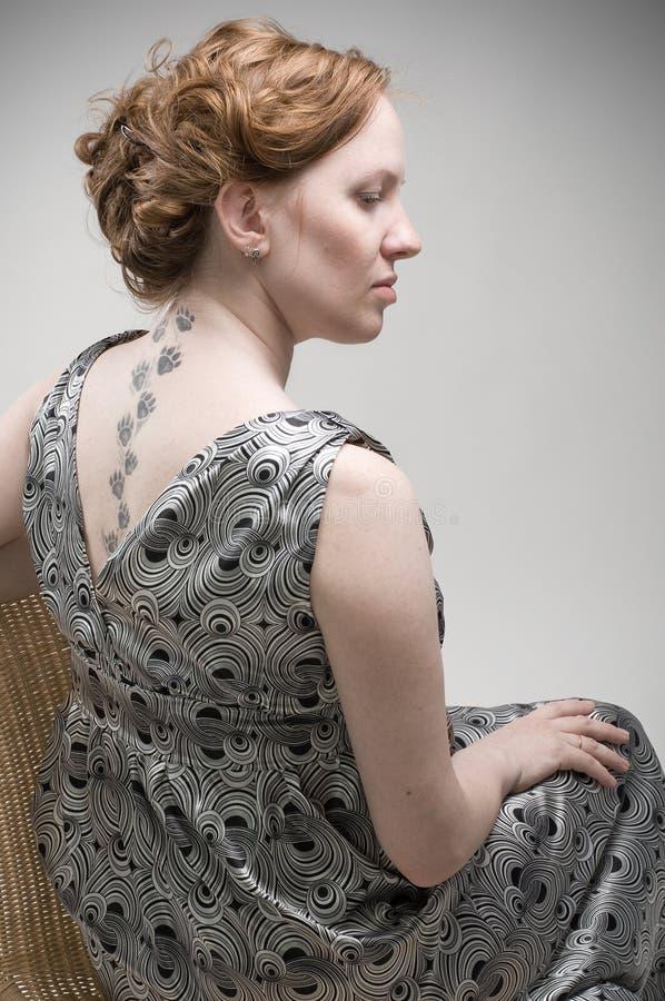 Retrato da parte traseira da mulher bonita do prego fotografia de stock
