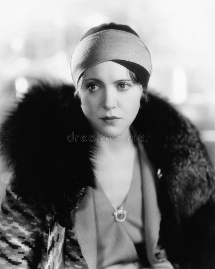 Retrato da pele vestindo da mulher (todas as pessoas descritas não são umas vivas mais longo e nenhuma propriedade existe Garanti imagens de stock royalty free