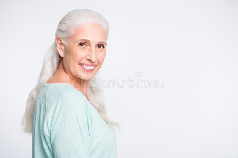 Retrato da pessoa encantador que olha a ligação em ponte vestindo de sorriso de turquesa da câmera isolada sobre o fundo branco imagem de stock royalty free