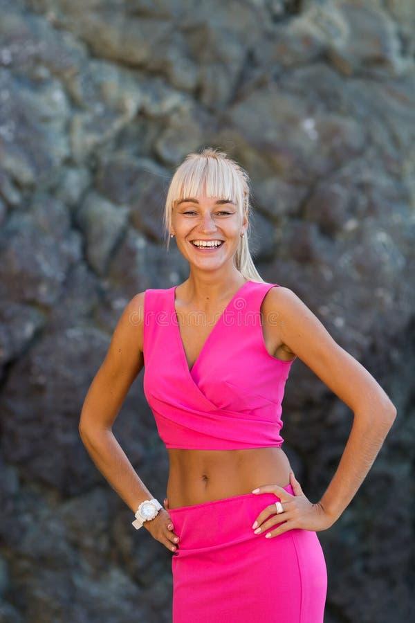 Retrato da pessoa fêmea atrativa no terno cor-de-rosa foto de stock royalty free
