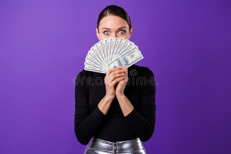 Retrato da pessoa impressa que esconde sua saia preta vestindo da prata da gola alta olhar fixamente da boca isolada sobre a viol imagem de stock royalty free