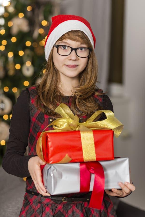 Retrato da pilha da terra arrendada do adolescente de presentes de Natal foto de stock