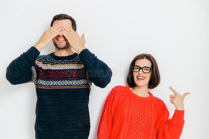 Retrato da pose alegre dos pares contra o fundo branco contente fotos de stock