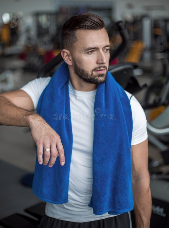 Retrato da posição à moda do homem novo no gym fotos de stock royalty free