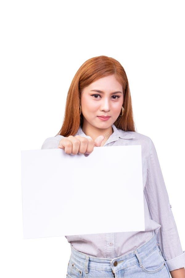 Retrato da posição asiática de sorriso da mulher e para manter à disposição a folha vazia do Livro Branco isolada no fundo branco foto de stock royalty free