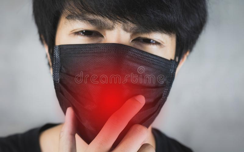Retrato da prevenção da poluição do homem ou da máscara vestindo da gripe com perigo imagem de stock